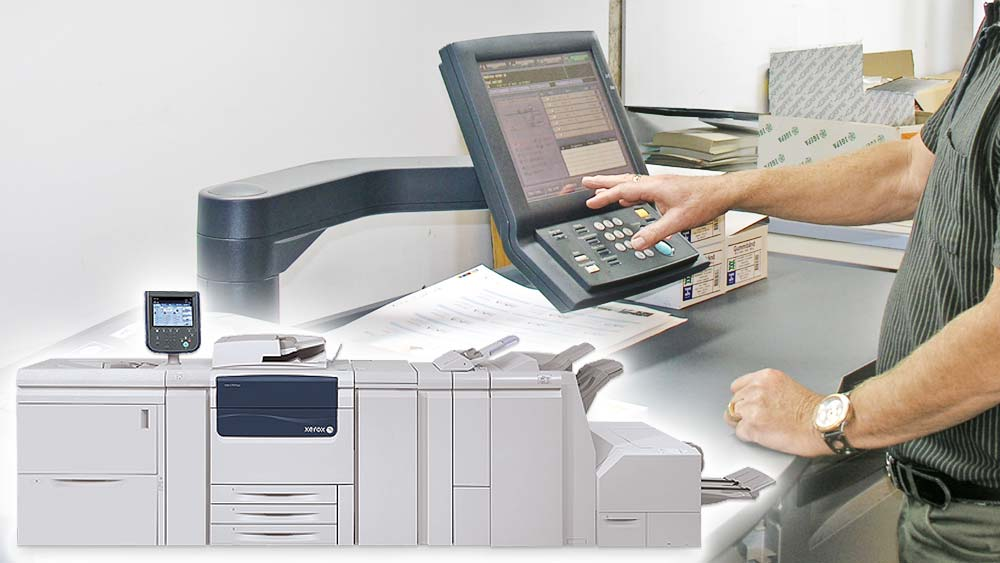 person betjener print maskine